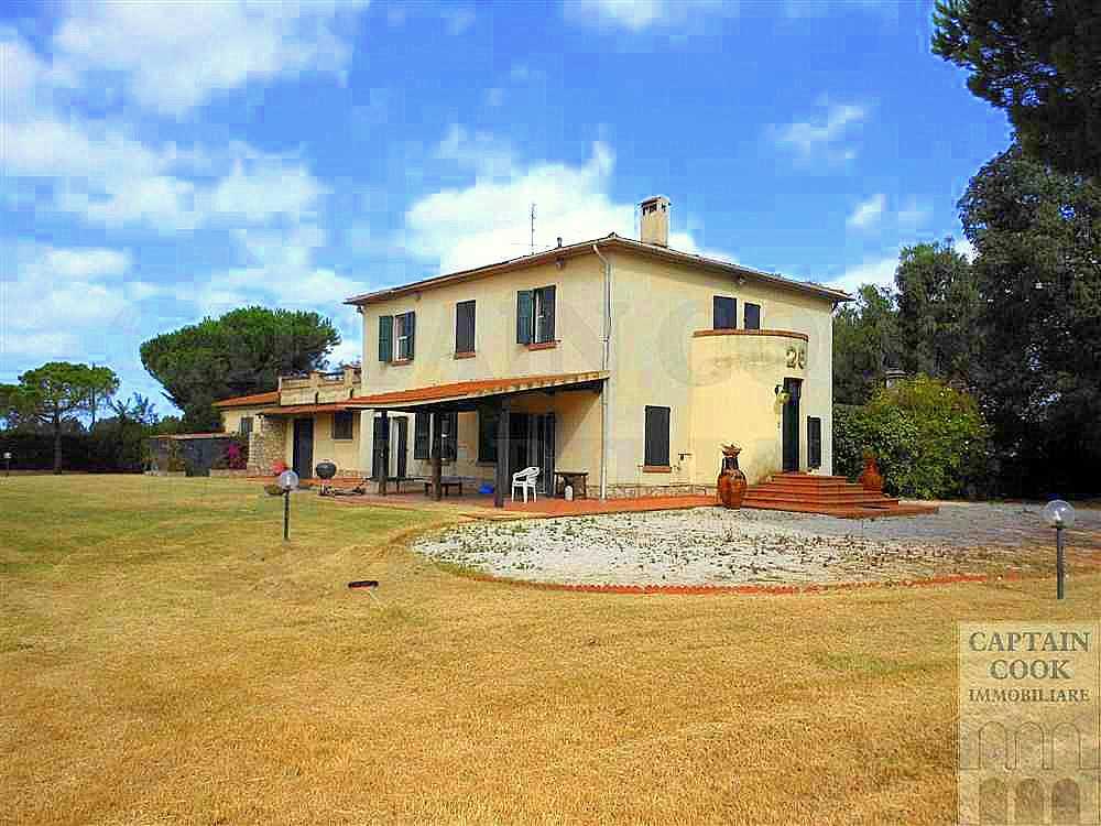 Vendita elegante casale con parco in Maremma vicino al mare. San Donato-Orbetello