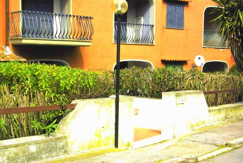 Vendita appartamento di ampia metratura con terrazzo e giardino, a pochi passi dal porto. 2 garage. Porto Ercole