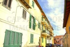 Vendita caratteristico appartamento bilocale con soffitto con travi in legno a vista, adiacente al porto. Porto Ercole