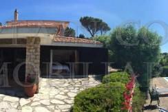 Raffinata villa con grande piscina ad Ansedonia, in pietra, a pochi metri dal mare.
