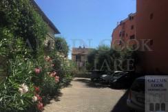 Grazioso e centralissimo appartamento, 55 mq, terrazzo e posto auto in condominio di vacanza, a due passi dal porto. Porto Ercole