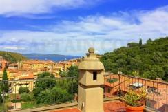 Vendita attico con stupendo terrazzo panoramicissimo, trilocale, centrale, posto auto. Porto Ercole