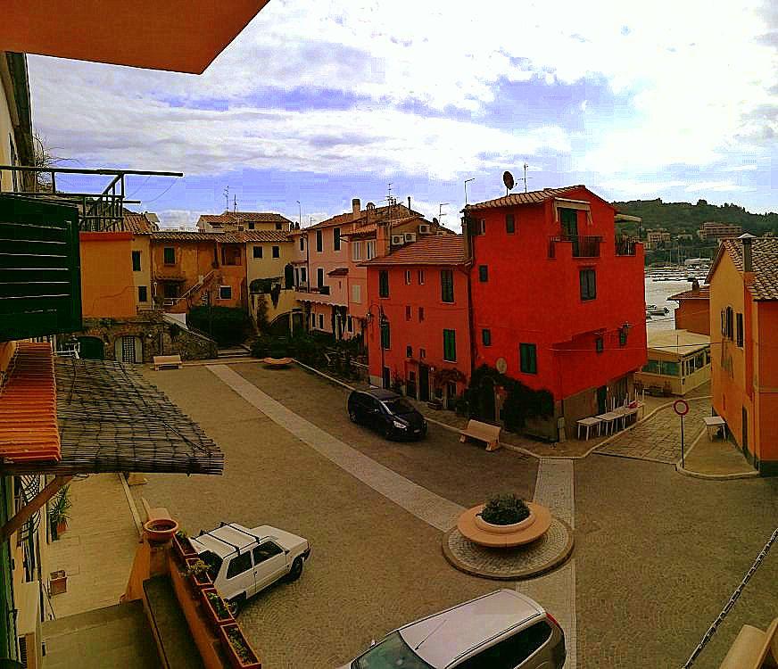 Vendita appartamento con parziale vista mare dietro al porto, indipendente. Porto Ercole