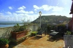 Vendita attico sul porto, ampio terrazzo, stupenda vista, posto auto. Porto Ercole