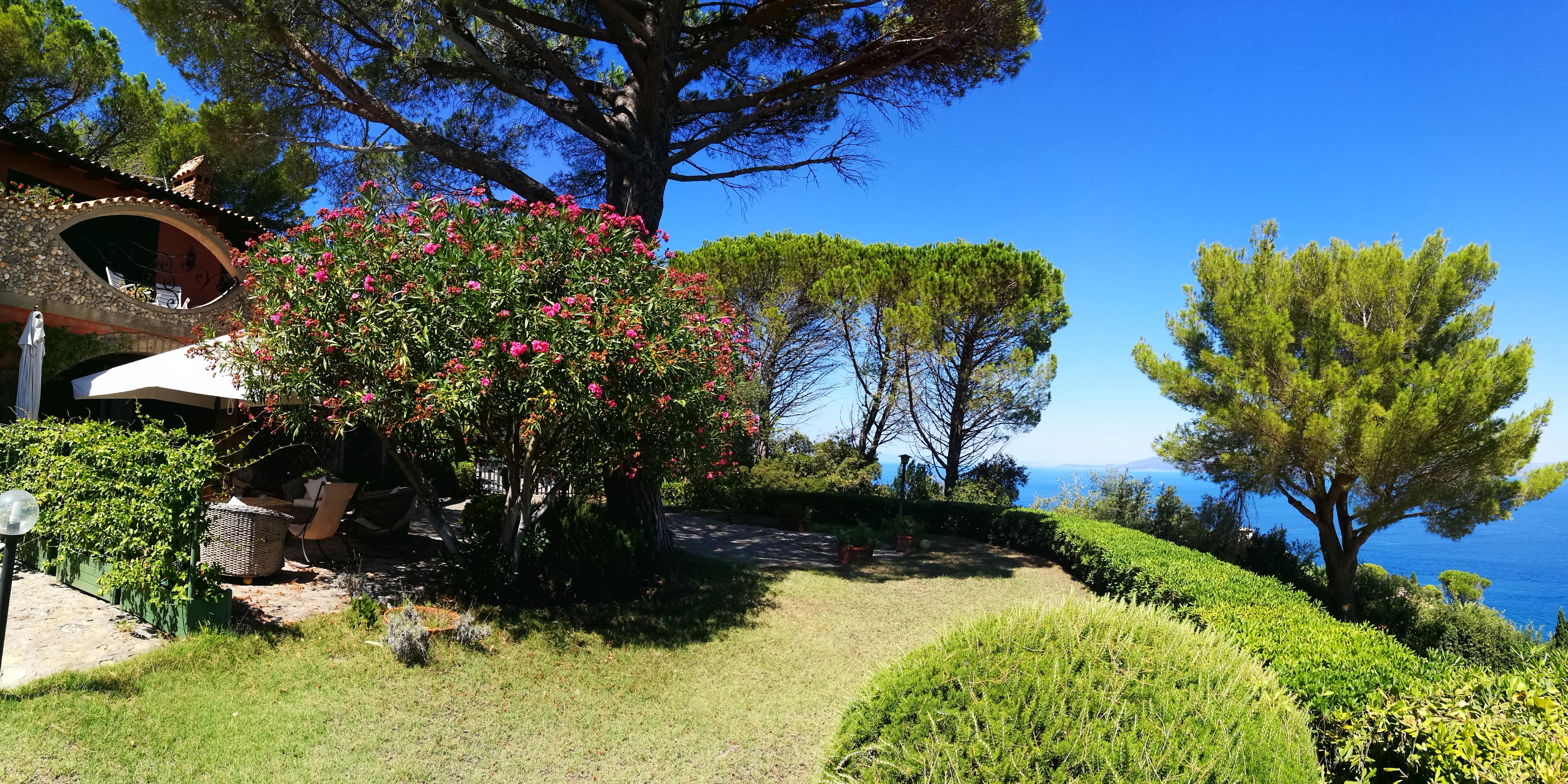 Vendita appartamento-villino stupenda vista mare, giardino, piscina, posti auto Porto S. Stefano Argentario.