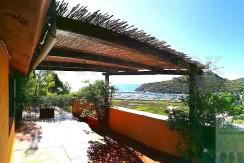 Vendita villino con vista mare, ampi terrazzi e due posti auto. Porto Ercole