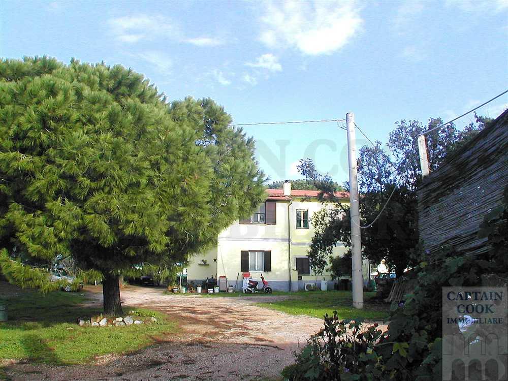 Vendita casale con annessi e terreno a pochi metri dalla spiaggia Capalbio Maremma