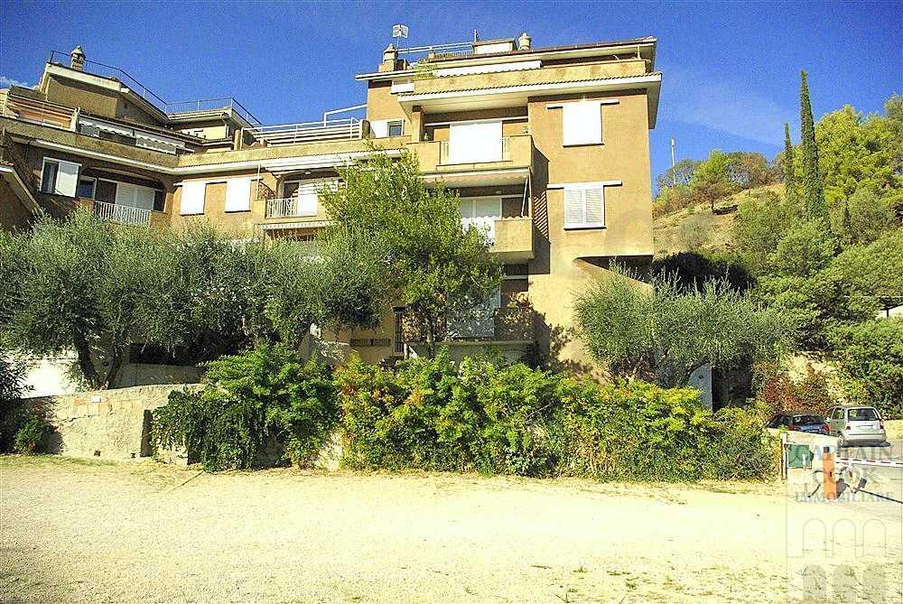 Vendita appartamento bilocale, ampio terrazzo e posto auto. Porto Ercole