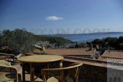 Vendita villino appartamento con vista mare, terrazzi, giardino e posto auto a Porto Ercole