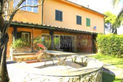 Vendita appartamento con veranda, giardino e posti auto ad Ansedonia Orbetello Argentario