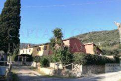 Venditaporzione di casale con giardino nella campagna di Porto Ercole Argentario, composto da due unità immobiliari