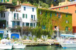 Vendita appartamento con vista mare sul lungomare del porto, balcone e posto auto a Porto Ercole.