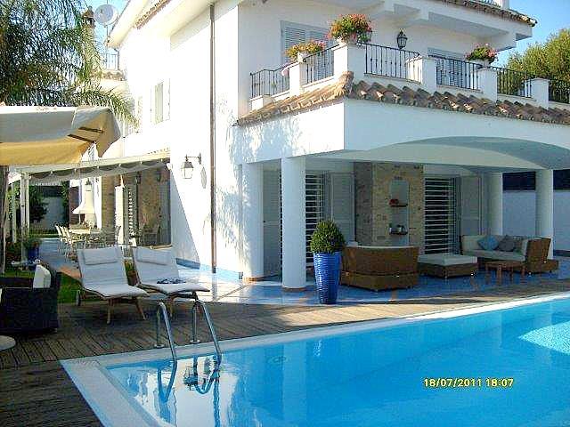 Vendita villa con piscina e giardino a Fregene. Super standard accessori. Opportunità unica