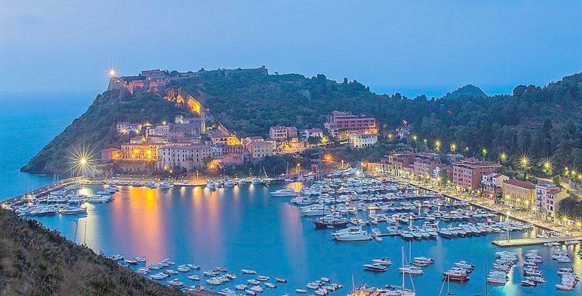 Vendita appartamento con vista mare, terrazzo coperto, piscina e posto auto a Porto Ercole