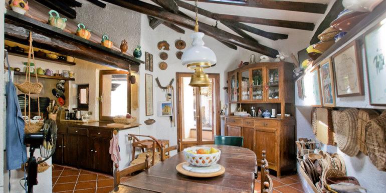 16. kitchen breakfast area