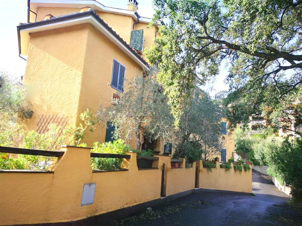 Vendita IN ESCLUSIVA luminosissimo appartamento di ampia metratura a pochi passi dal centro in zona tranquilla, Porto Ercole