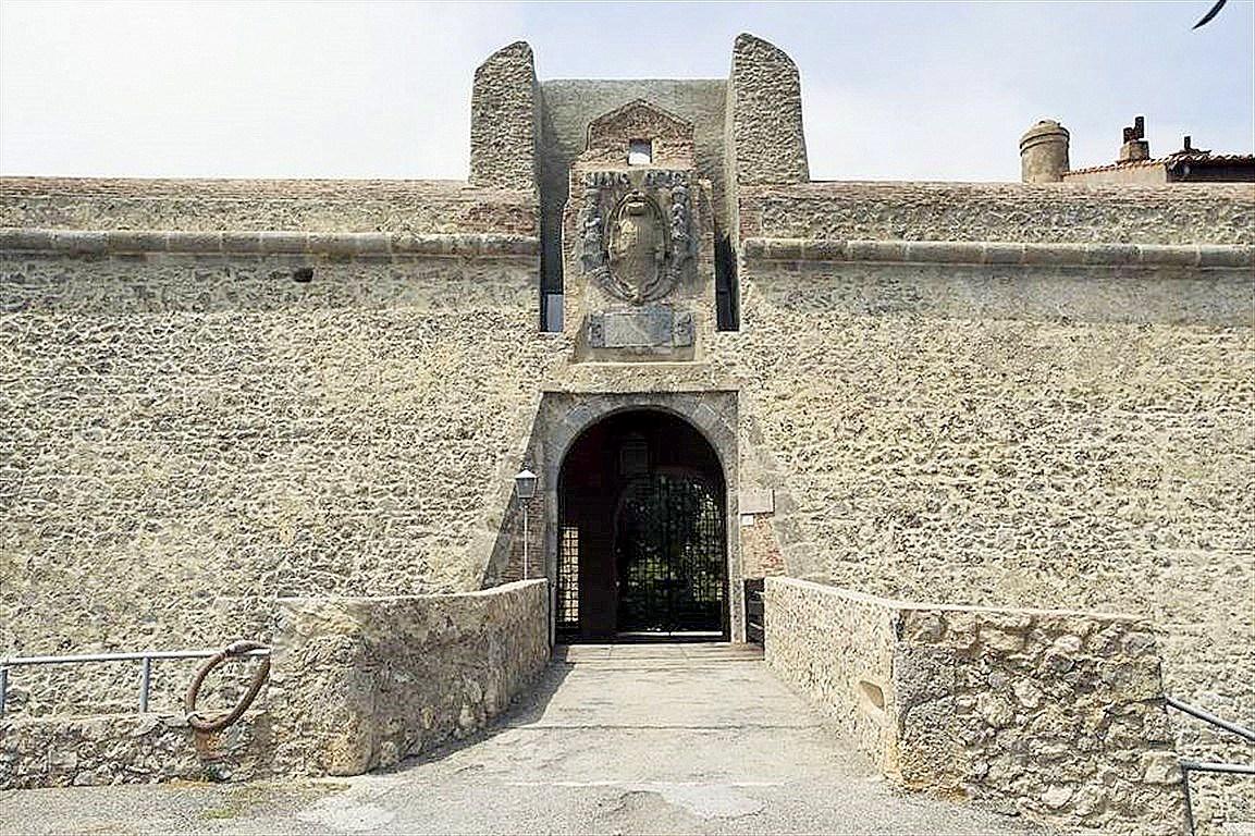 """Vendita pezzo unico nella fortezza spagnola """"La Rocca"""", 180 mq con terrazzo, stupendo panorama sul mare"""