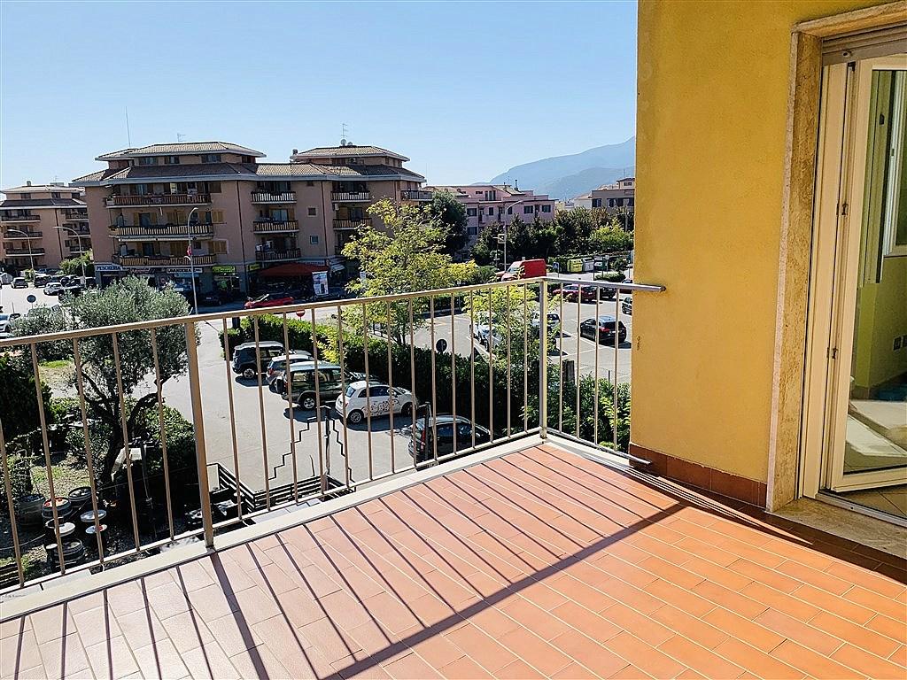 Vendita appartamento con ampio balcone vista laguna, ottimo stato