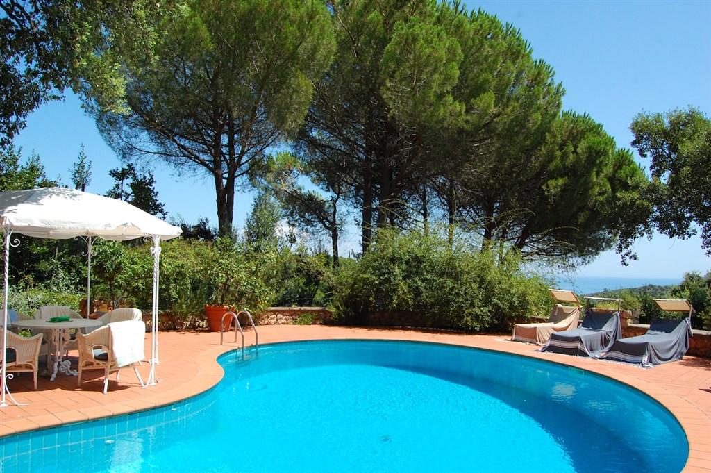 Affitto elegante villa Aurora con piscina, vista mare e parco di sughere a Porto Ercole.