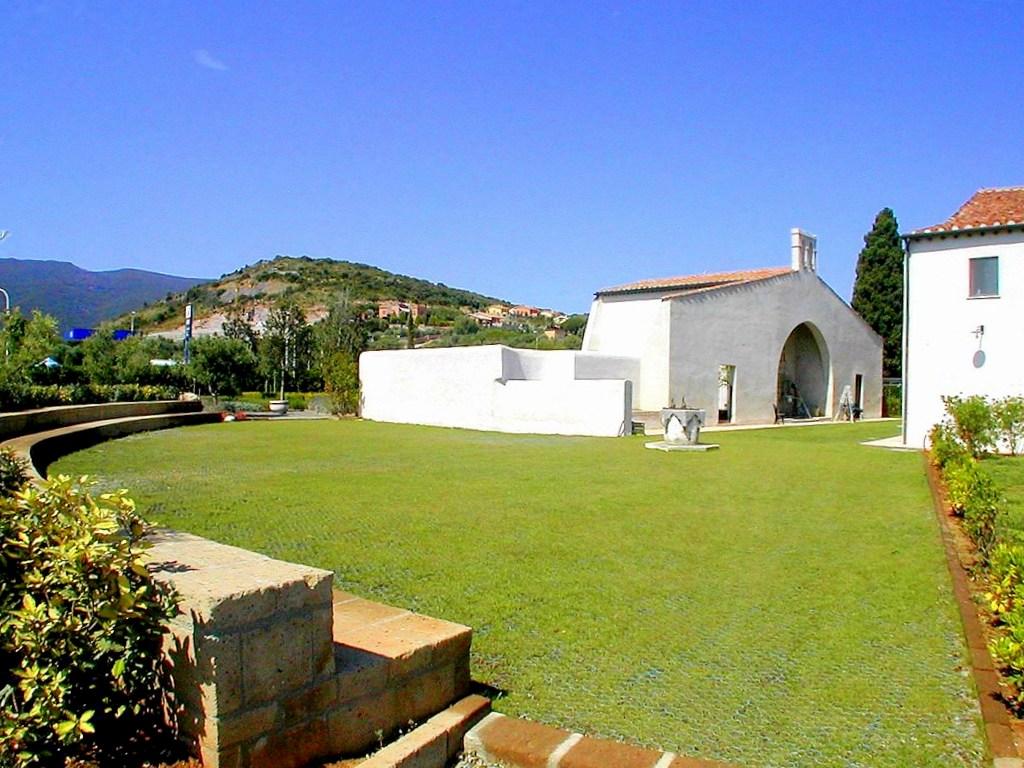 Vendita villa ex chiesa di epoca spagnola con giardino, 2 posti auto a Porto Ercole Argentario.