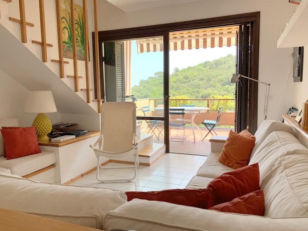Vendita attico con vista mare, terrazzo e garage doppio a Porto Ercole.