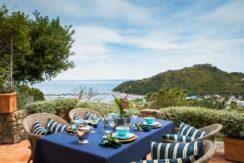 Vendita elegante villino con vista mare, veranda, ampi terrazzi, giardino e posto auto a Porto Ercole.