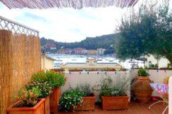 Vendita bilocale con terrazzo e vista mare sul porto a Porto Ercole.