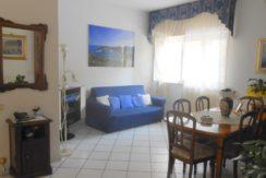 Vendita luminoso e centralissimo appartamento con corte e posti auto a Porto Ercole.