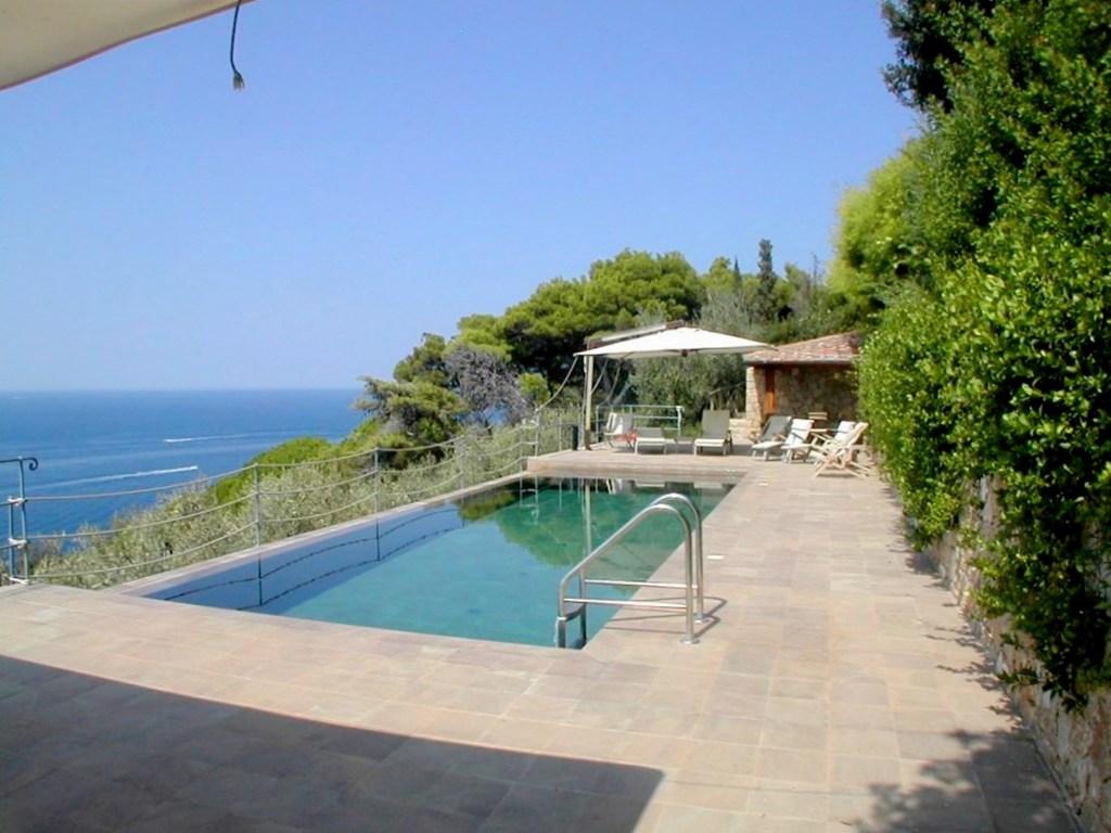 Vendita villa a picco su una baia con piscina ed accesso privato al mare, Argentario
