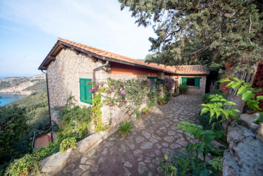 Vendita elegante villa in una delle baie più belle dell'Argentario.