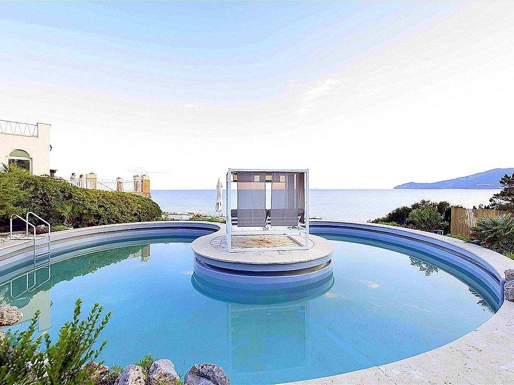 """Affitto """"Villa Arieti"""" sorge dal mare sulla scogliera di Ansedonia, in posizione unica."""