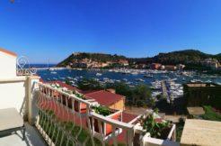Vendita prestigioso appartamento con vista mare, grande terrazzo e garage sul porto