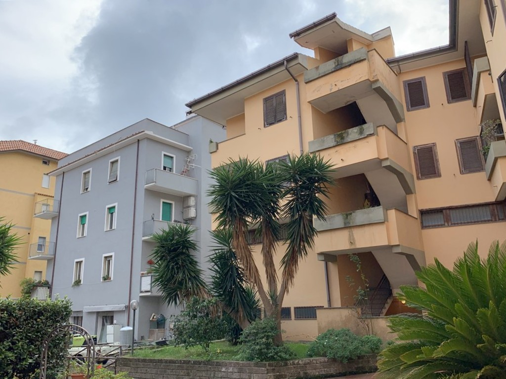 Vendita appartamento con terrazzo e garage.