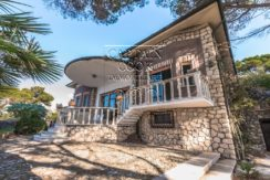 Vendita villa signorile con terrazza ed accesso privato al mare.