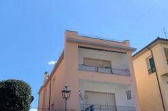 Vendita appartamento vista mare con terrazzo e garage.